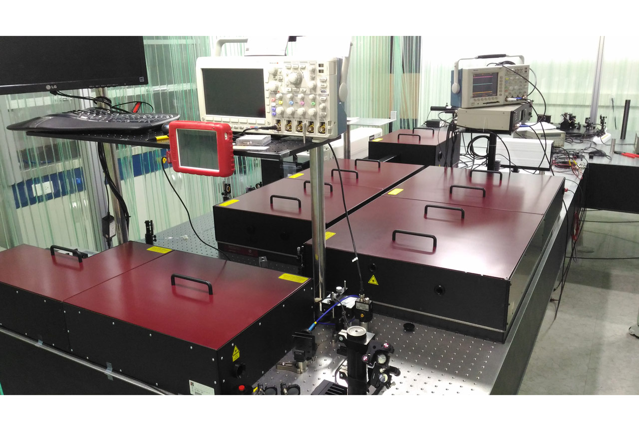 The REUS-C customized system: two amplification stages (2 mJ and 20 mJ outputs, 10 Hz, 40 fs) and two independent compressors for each beamline