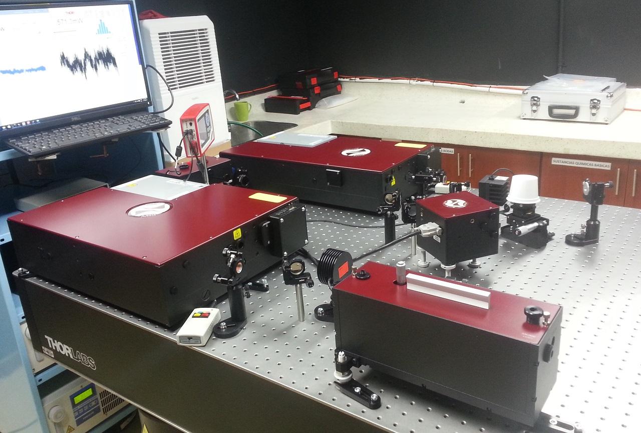Слева на краю стола: лазер TiF-100 в комплектации «Базовый», установленный в лаборатории клиента.