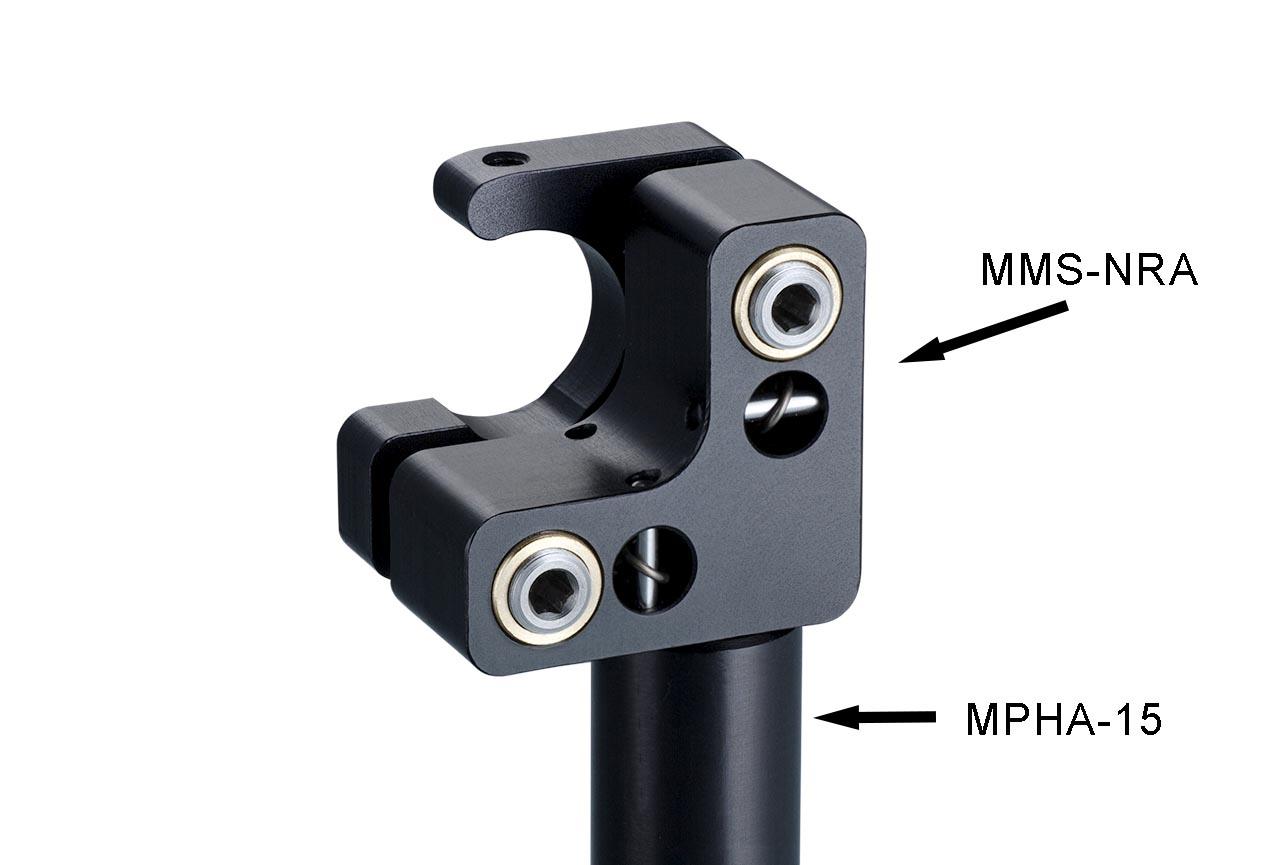MMS-NRA. Малый юстируемый держатель для оптики с прорезью, с потайными винтами, правый. На дюралевом установочном стержне Ф15 мм
